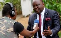 A droite, Mbusa Nyamwisi, candidat à la présidentielle 2011, lors d'une interview accordée à la Radio Okapi. Ph. John Bompengo