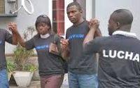 Des militants de la Lucha montrant le symbole de solidarité pour leur lutte pacifique pour le changement  photo Joseph KAPANGA