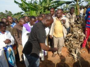 Aspersion de la tombe avant inhumation
