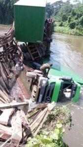 camion Actros de MUPIRA dans les eaux de Semuliki photo BLO par Georges NOKO