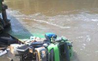 Pont Semliki écroulé avec un camion dans l'eau photo BLO par Georges Niki